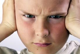 Autismo: tapparsi le orecchie come strategia contro la difficoltà di integrazione sensoriale