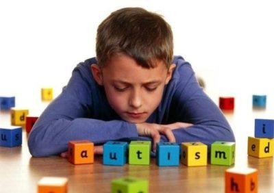 Ragazzo autistico lasciato solo all'uscita da scuola, lo ritrova la polizia