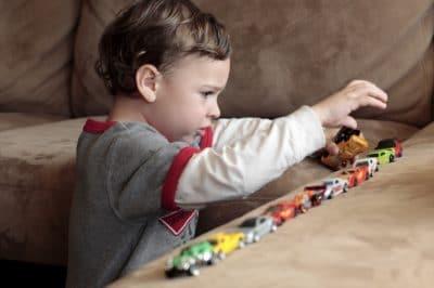 Comportamenti ripetitivi e 'stimming' nell'autismo.
